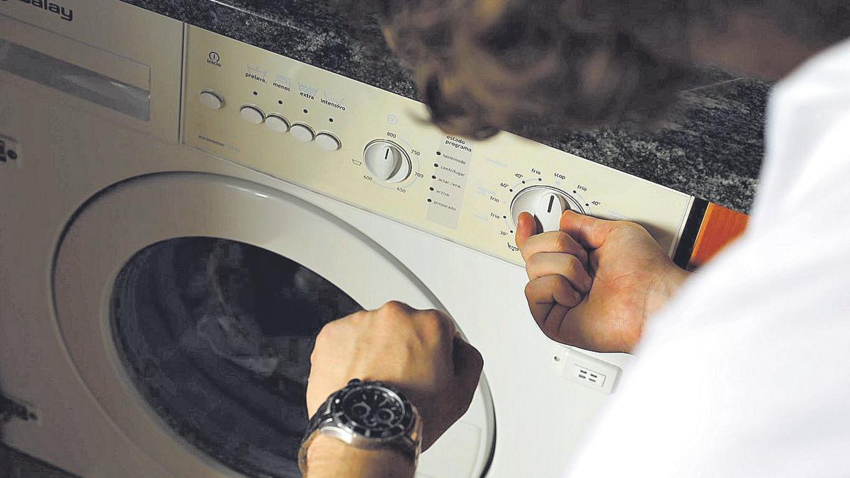 Un zaragozano pone en marcha la lavadora de su casa a la hora prevista