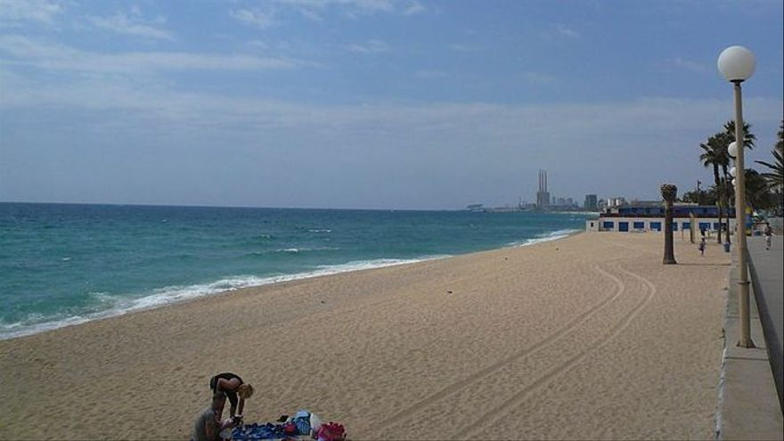Prohibeixen el bany a dues platges de Badalona per l'abocament d'aigües residuals
