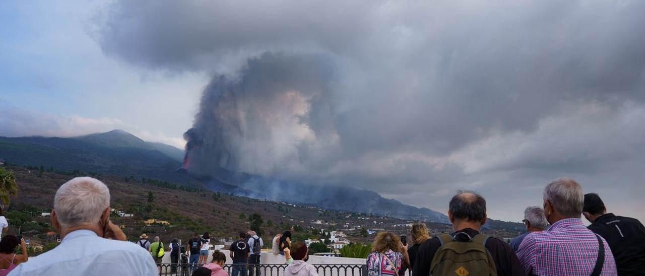Imagen de la columna de ceniza en una de las nueve bocas del volcán Cumbre Vieja en La Palma