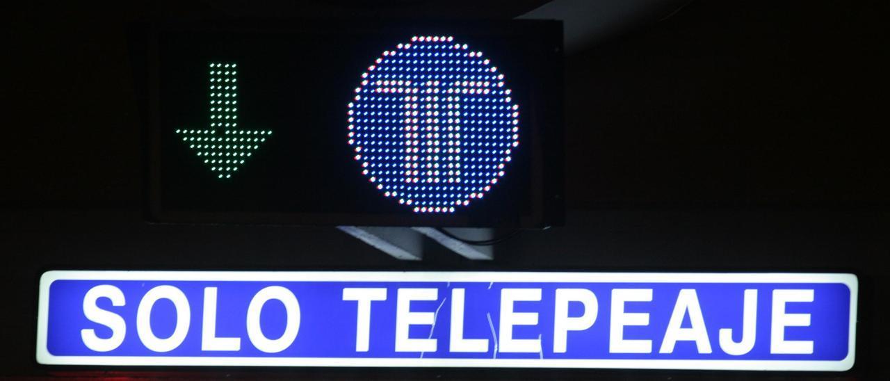 Un cartel de telepeaje en la autopista AP-9