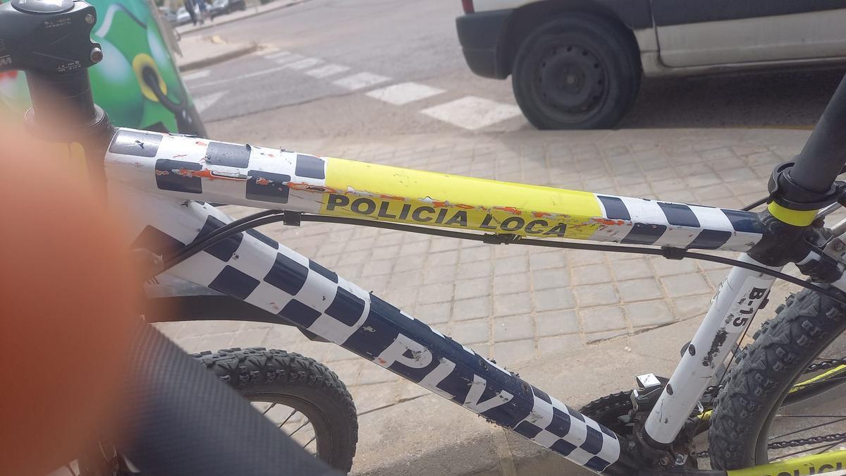 El cartel de 'policía loca' que generó la sanción.