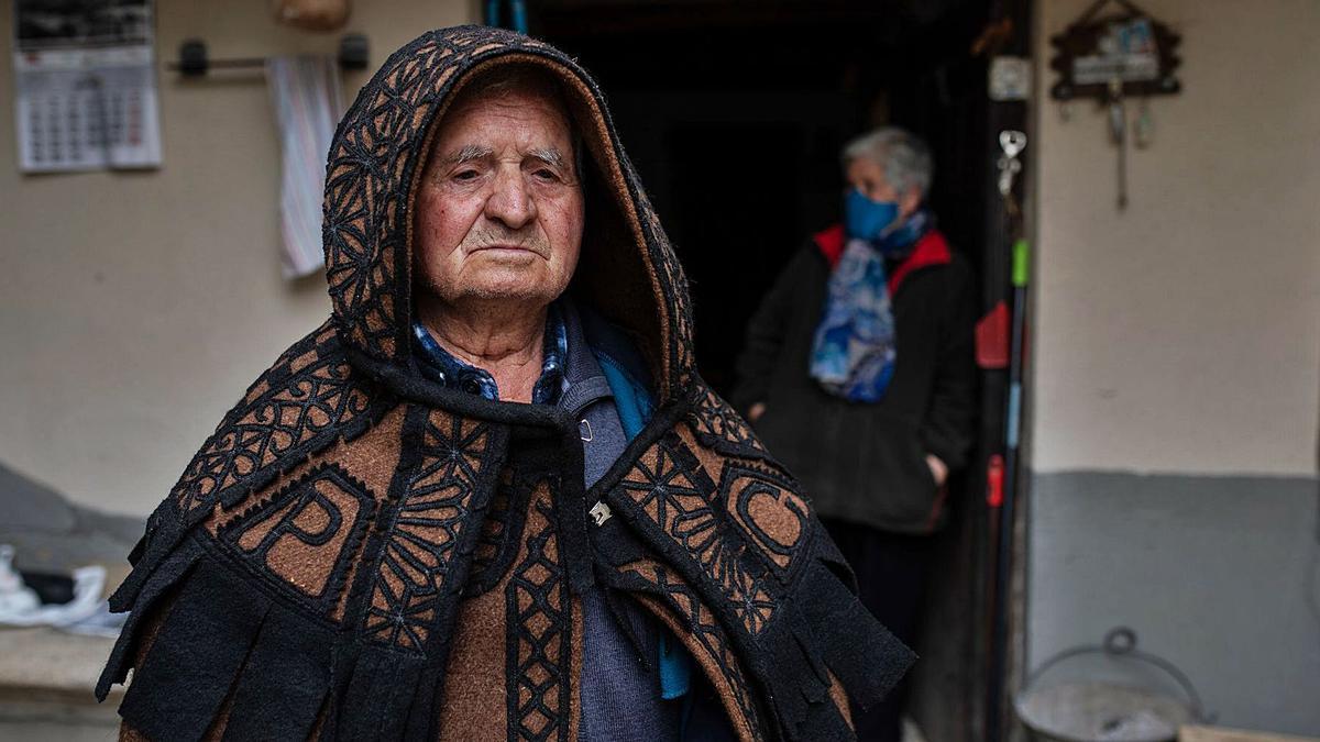 Un vecino de Bercianos de Aliste, con su capa. |