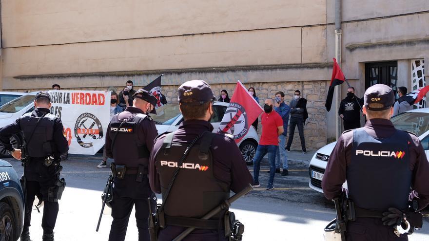 Un grupo antifascista protesta en los Juzgados de Elda por un delito de odio