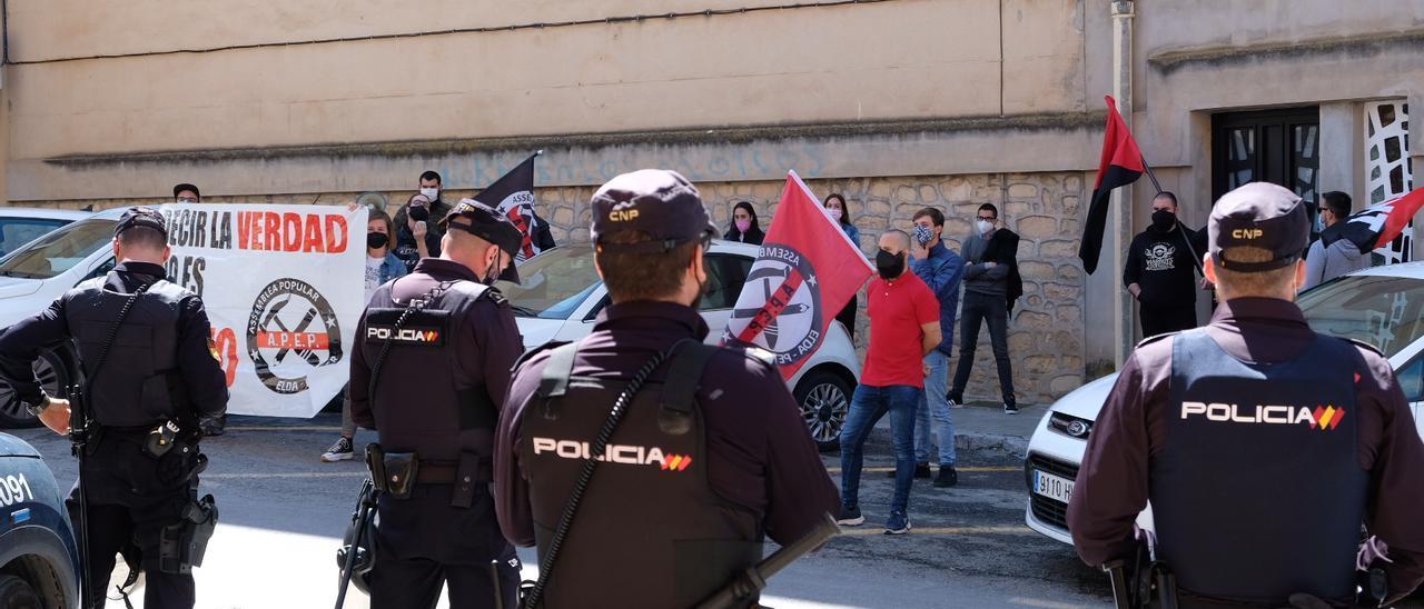 Un momento de la concentración de la Asamblea Popular de Elda y Petrer frente al Palacio de Justicia.