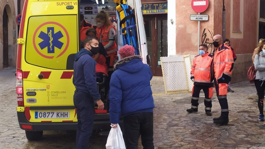 Una intoxicada por un incendio en un bar del centro de Palma