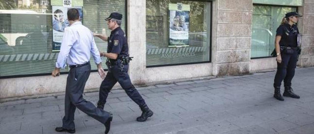 Agentes de la Policía Nacional en la sucursal bancaria donde se produjo el asalto en el Paseo Mallorca.