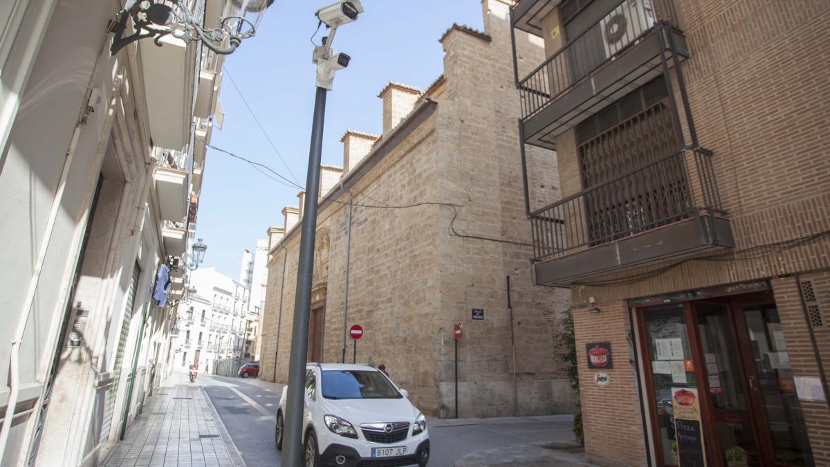 Una de las cámaras que acotan la zona restringida al tráfico en Ciutat Vella