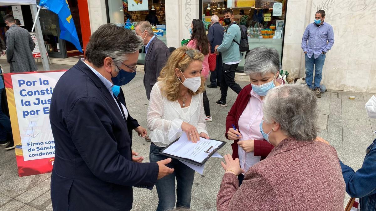 Pablo González y Mallada, recogiendo firmas en Corrida.