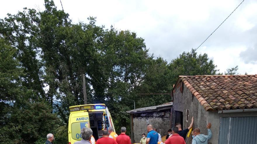Trasladan en helicóptero al CHUS a un vecino de Cruces tras caer de un tejado