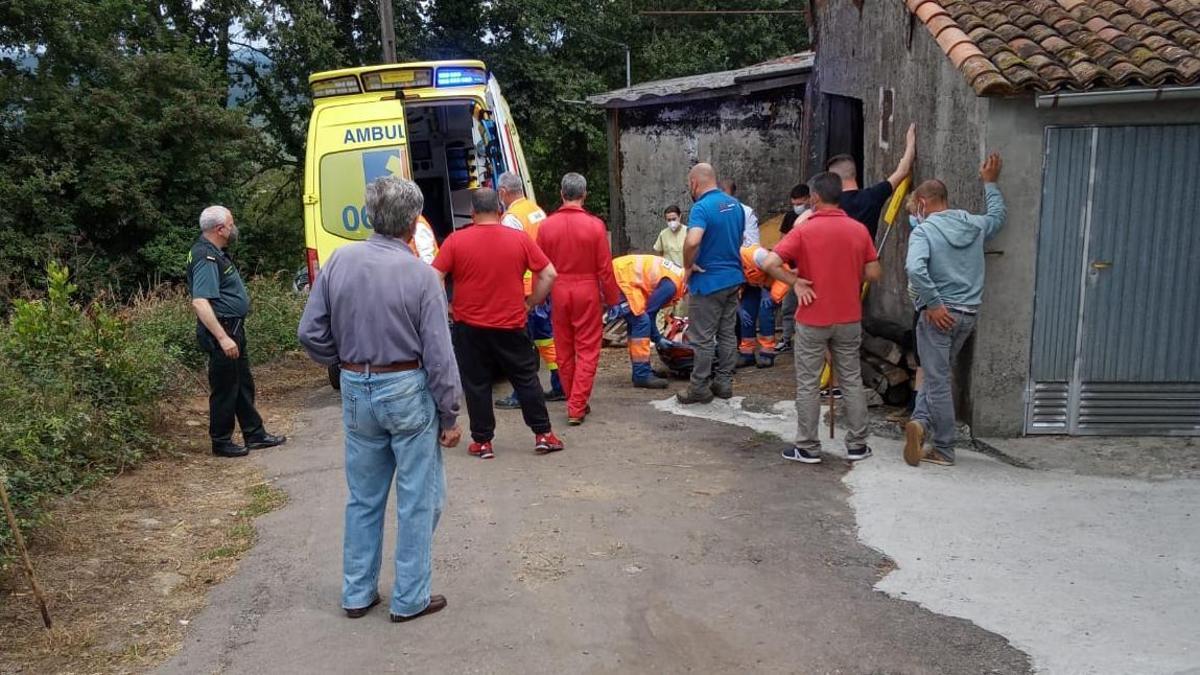 Una ambulancia del 061 traslada el varón hasta el helicóptero.// Protección Civil de Vila de Cruces