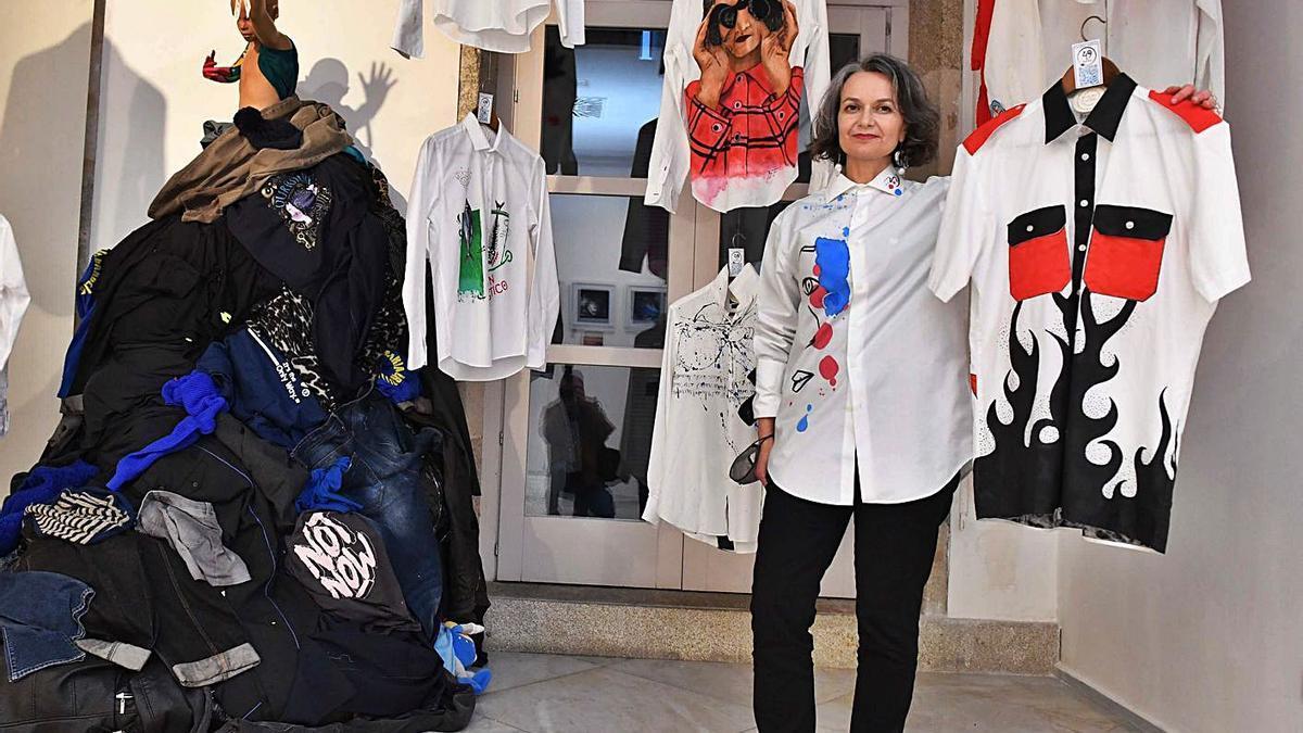 Beatriz Clara posa en la exposición del proyecto '49 Razones'.  | // VÍCTOR ECHAVE