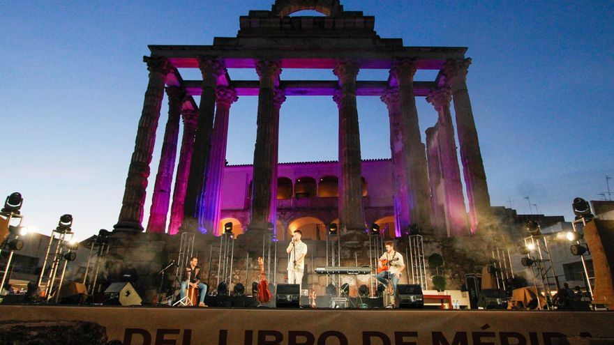 Unas 8.000 personas visitan la Feria del Libro de Mérida