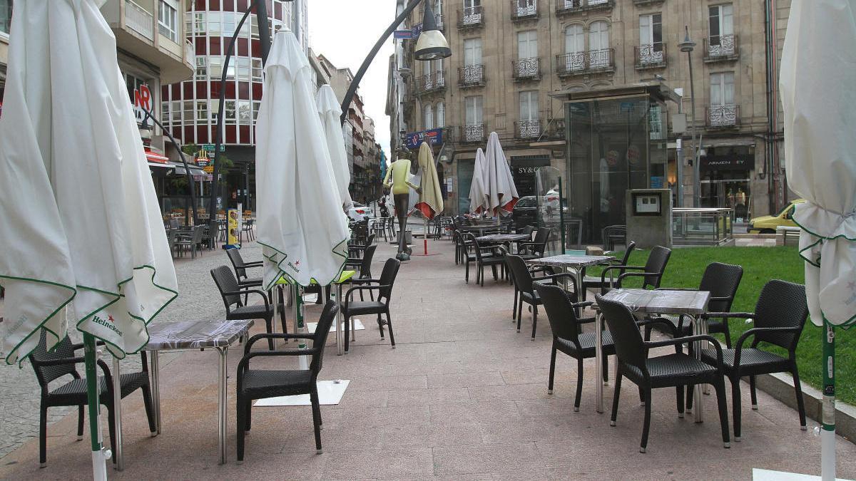 Terrazas en el céntrico Parque San Lázaro, completamente vacías. // Iñaki Osorio