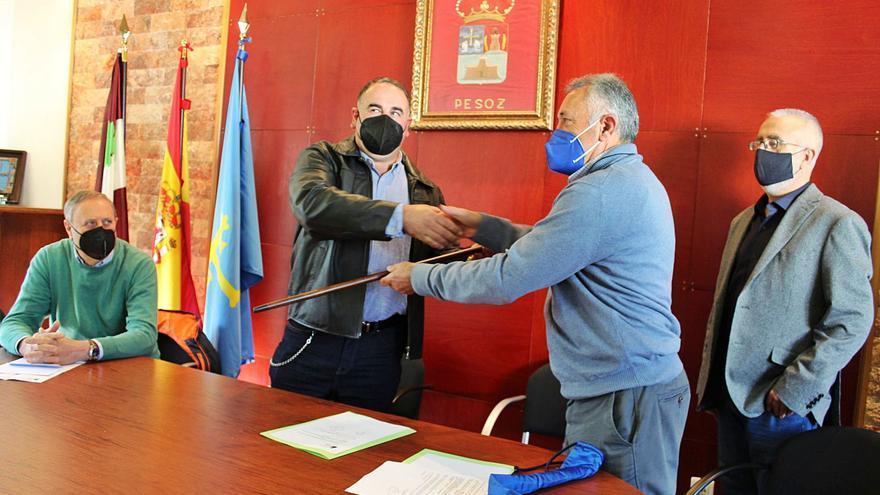 Fernández toma el bastón de mando en Pesoz reclamando mejores comunicaciones