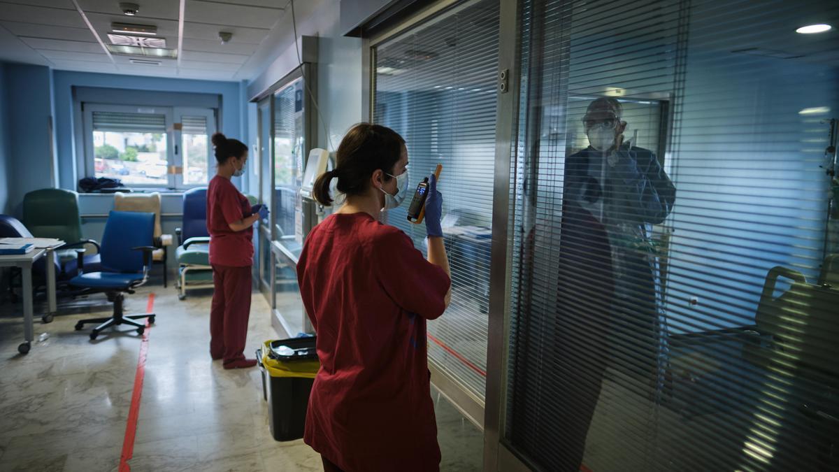 Sanitarias en una de las zonas dedicadas a pacientes con Covid en el Hospital de La Candelaria.