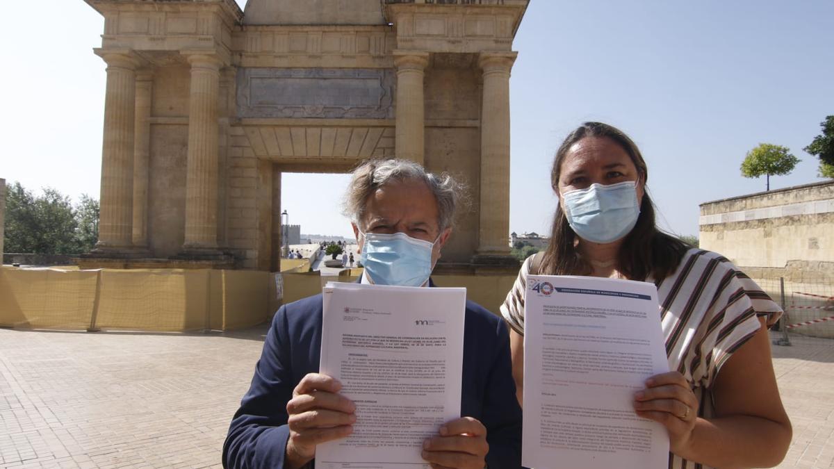 Salvador Fuentes y María Luisa Gómez muestran las alegaciones de Córdoba al anteproyecto de ley de Patrimonio Histórico.