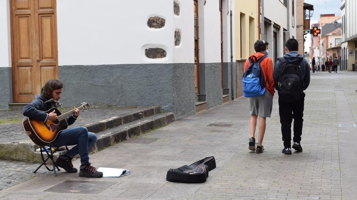 Un músico actúa en una calle del casco de La Laguna