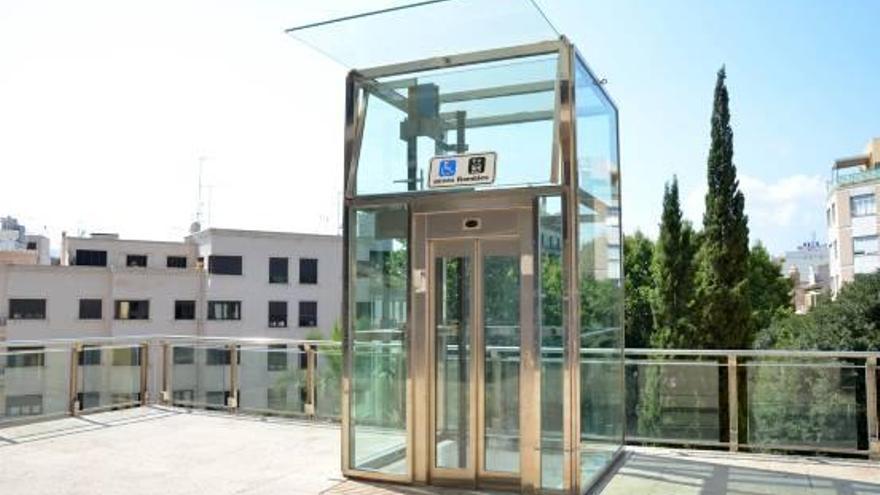 El ascensor de la plaza Major está arreglado pero tiene el foso anegado