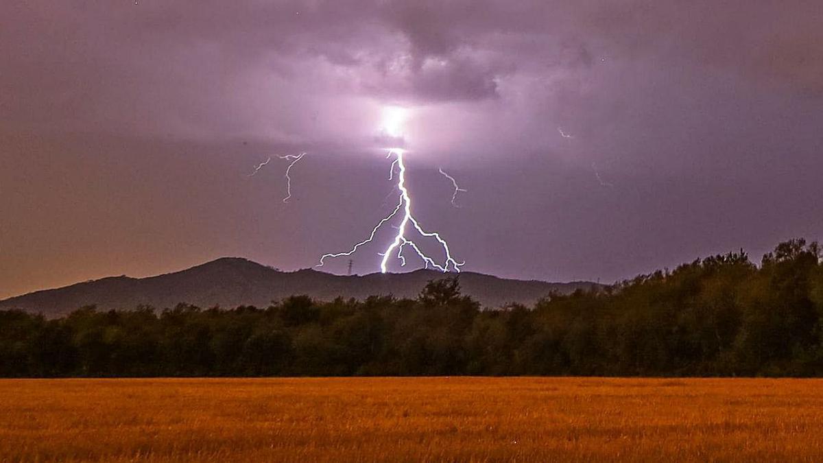 L'espectacular caiguda d'un llamp a Canet d'Ari, dissabte a la nit.    JONATHAN CARVAJAL