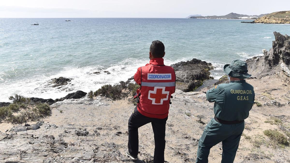 Continúa la búsqueda de los migrantes desaparecidos al naufragar su patera en Mazarrón.