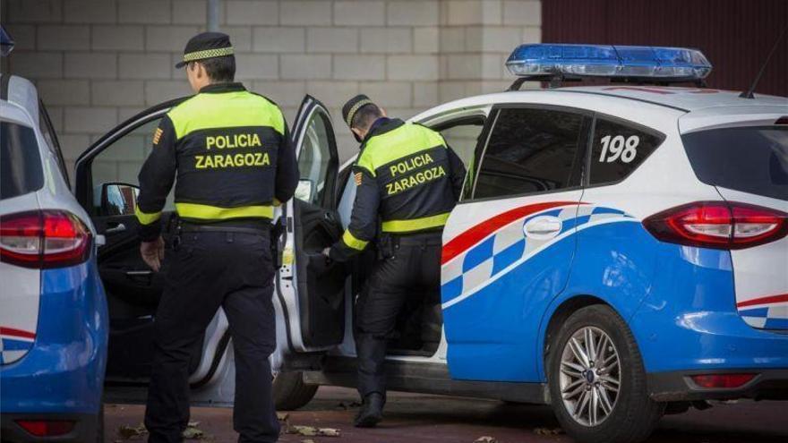 Detenido un joven de 18 años y un menor por robar a tres personas en un parque de Delicias