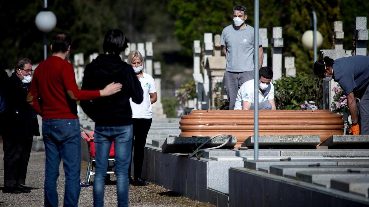 Celebración de un entierro por un fallecido a causa del coronavirus, en Ourense