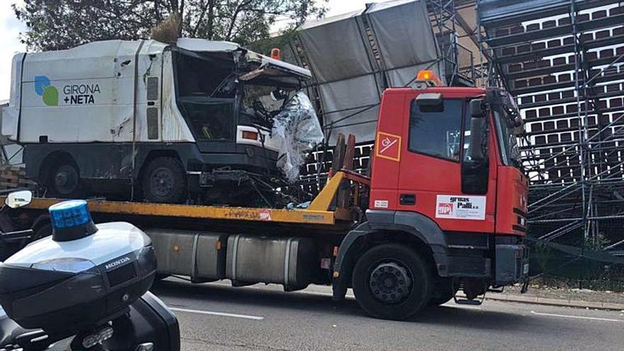 Un vehicle de Girona + Neta acaba estampat i el xofer, ferit