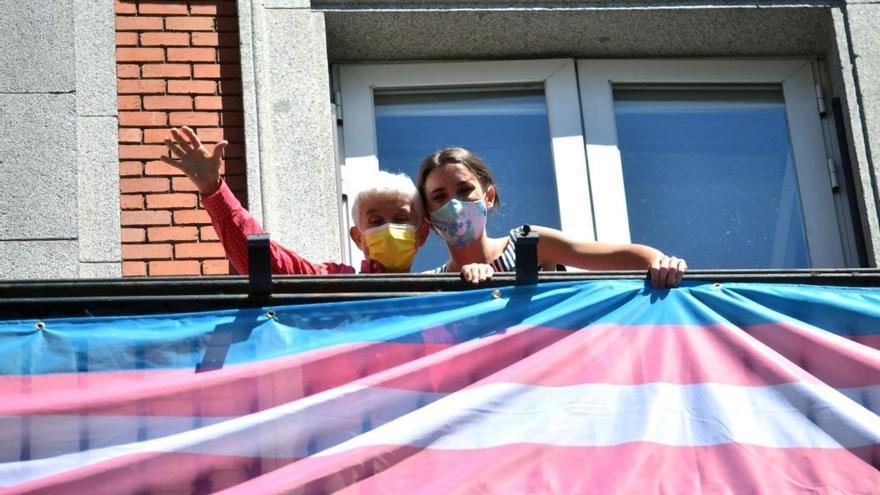 """Igualdad cuelga la bandera trans en su sede: """"Orgullo de Todas, Todos, Todes"""""""