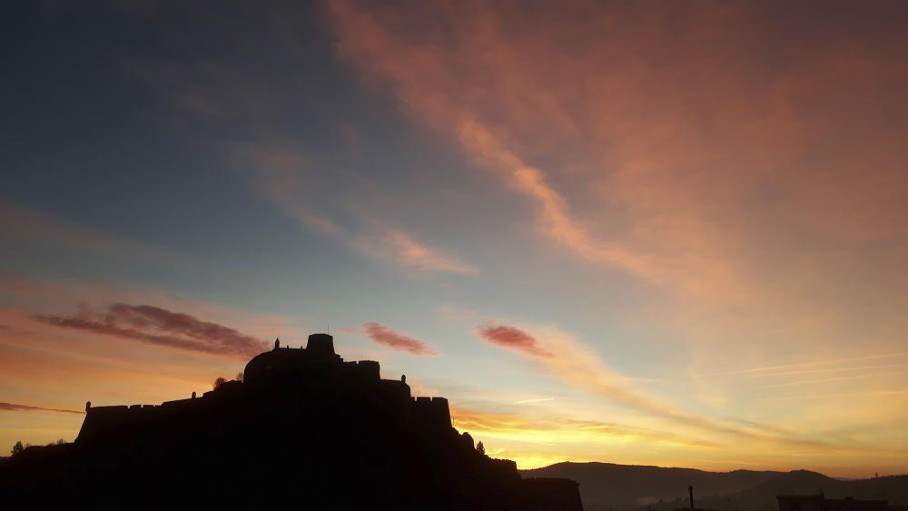 Cardona. Albada espectacular, de colors ataronjats, groguencs i vermellosos molt bonics. De fons podem veure com aquests colors fan lluir el castell de Cardona.