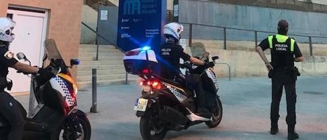 Policías locales de Alicante en uno de los dispositivos de seguridad del pasado fin de semana.