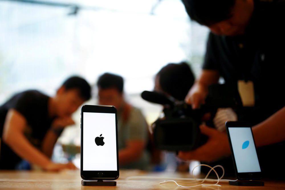 Imatges de la sortida a la venda del nou iPhone 7 en la botiga d''Apple de Moscou.