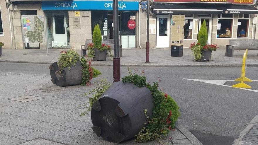 Jardineras tiradas en recientes actos vandálicos en Salceda. // Eurorrexión