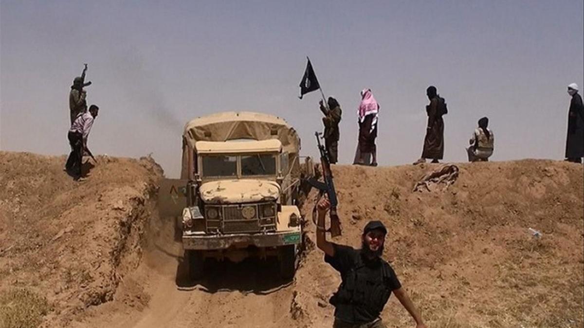 Imagen de combatientes del Estado Islámico en Irak, cerca de la frontera siria.