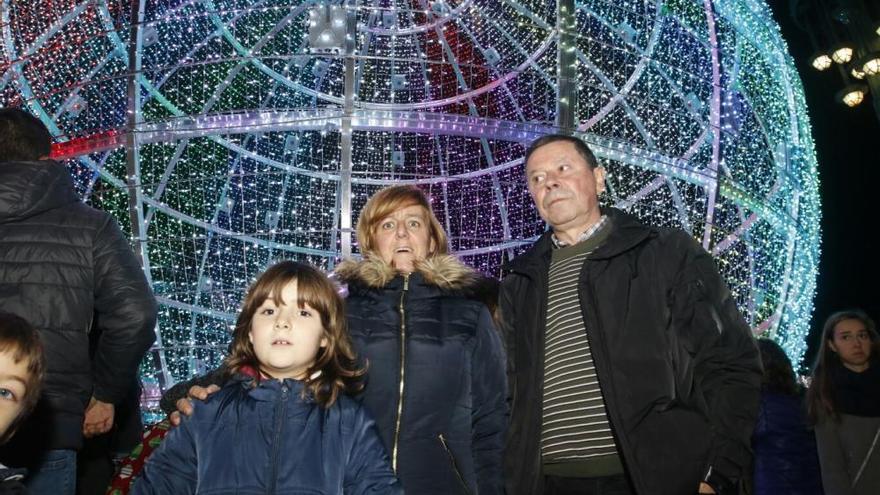La gran bola navideña de Vigo muestra sus colores