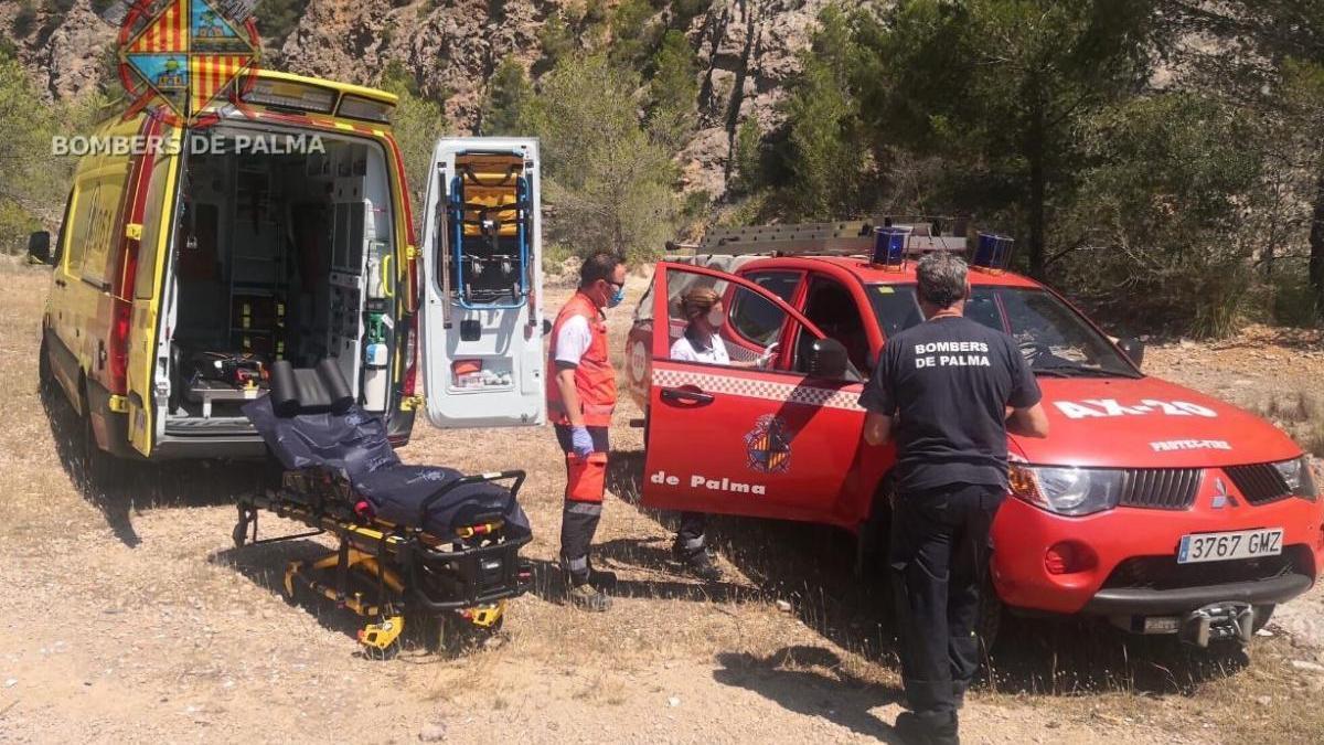 Los bomberos y el 061 en el momento del rescate.