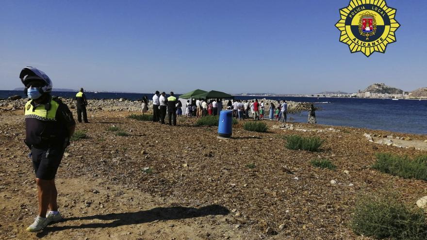 La Policía Local disuelve y sanciona a un grupo de más de 30 personas reunidas en una celebración religiosa en la Playa de la Almadraba