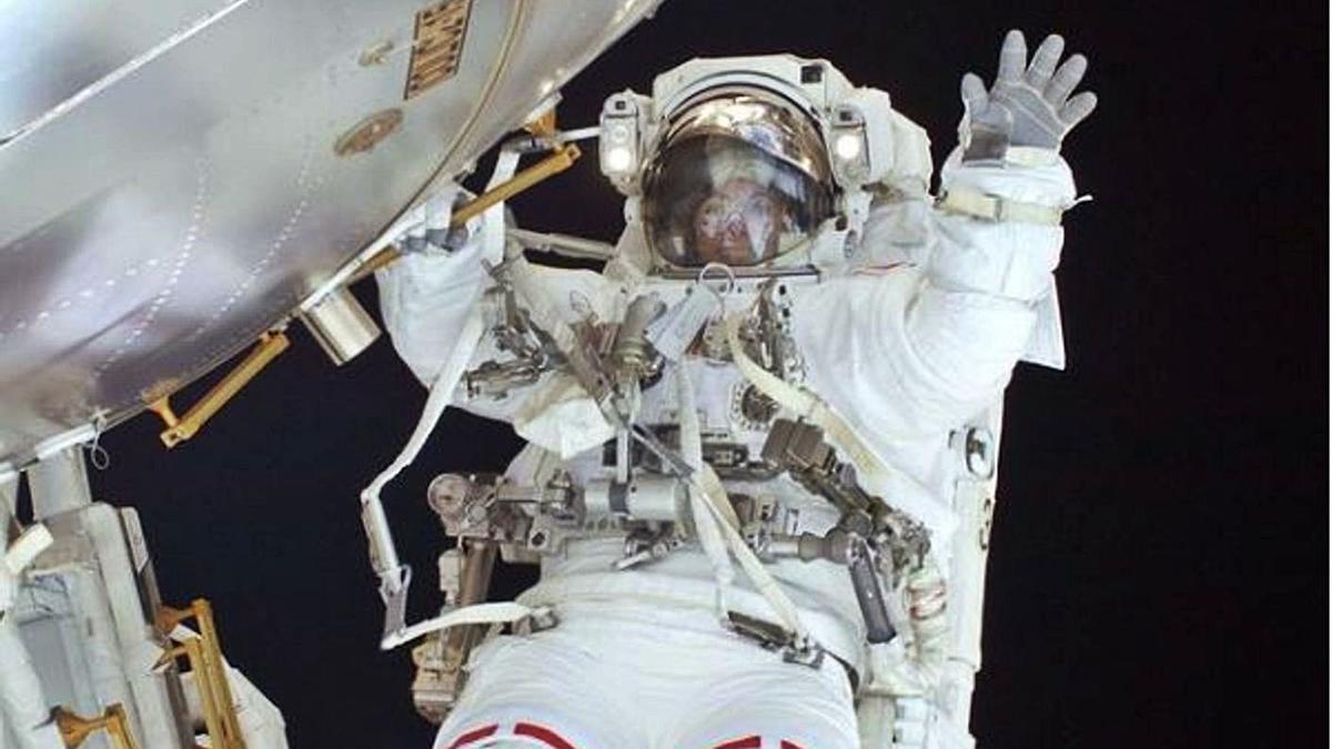 Una astronauta en una  misión espacial.   L.O.