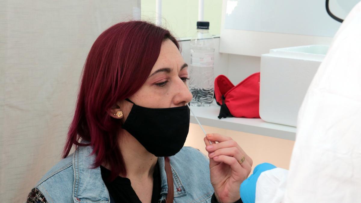 Una dona prenent-se la mostra nasal en el cribratge al mercat del Camp d'Esports de Lleida
