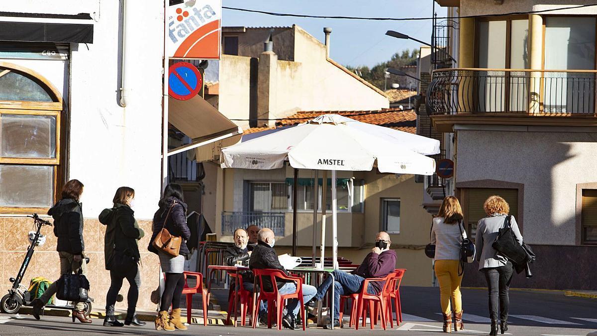 Vecinos de Bolbaite, localidad con un único caso activo, en la terraza de un bar, en una imagen de ayer por la mañana | PERALES IBORRA
