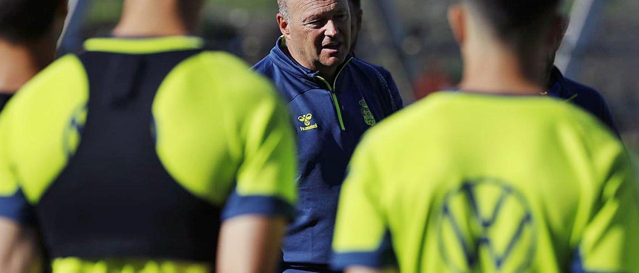 Pepe Mel, técnico de la UD Las Palmas, durante la charla que dio a los jugadores antes del entrenamiento del pasado lunes.