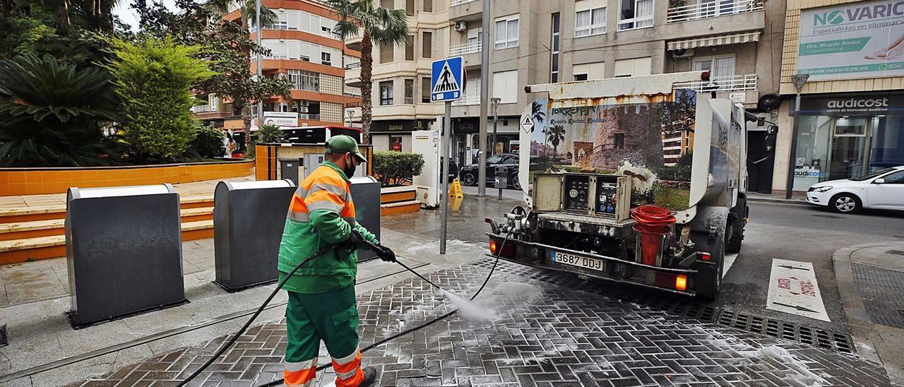 El Ayuntamiento de Torrevieja paga 1,5 millones de euros mensuales por el servicio de recogida de basura y limpieza.   |