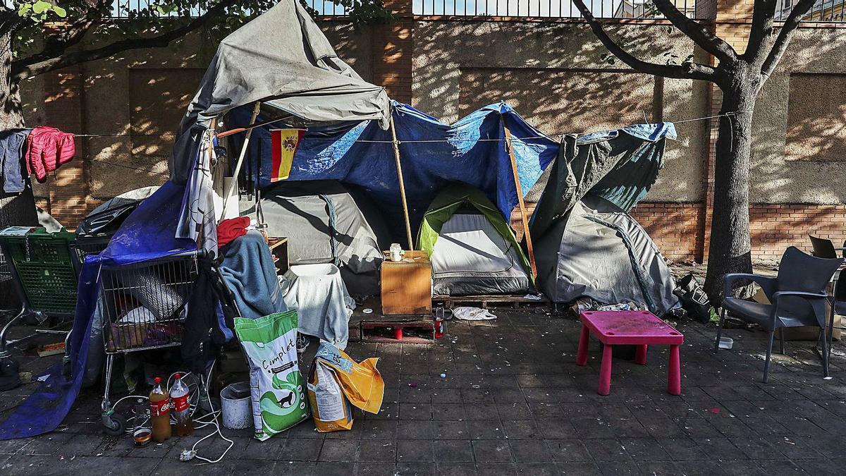 Una de las tiendas montadas por personas sin hogar junto al jardín de las Espérides en la ciudad de València, ayer.  | F. CALABUIG
