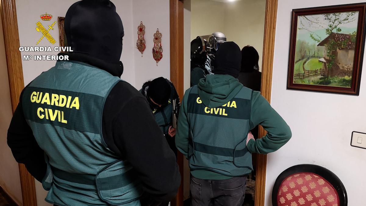 La Guardia Civil en una de las viviendas registradas.