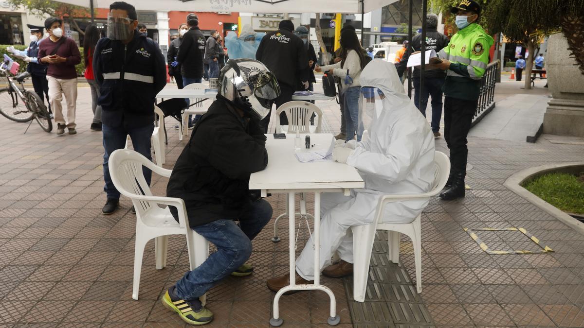 Un grupo de profesionales realiza pruebas rápidas de coronavirus en una instalaciones levantadas en un barrio de Lima, Perú