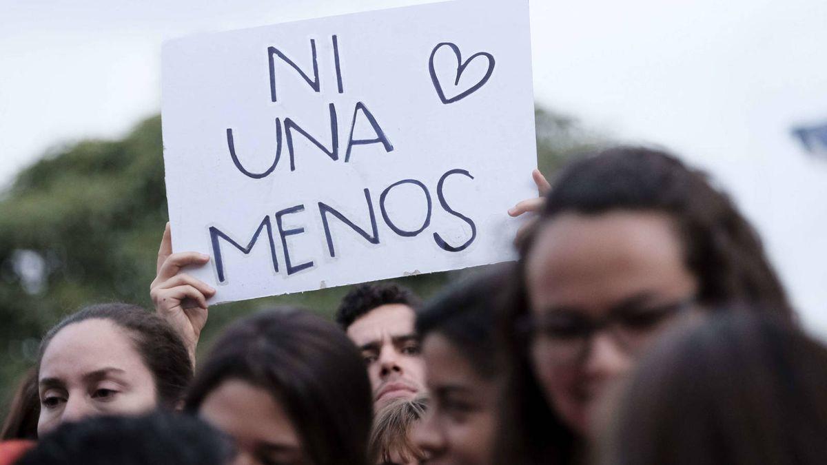 Personas participan en una manifestación contra la violencia de género.