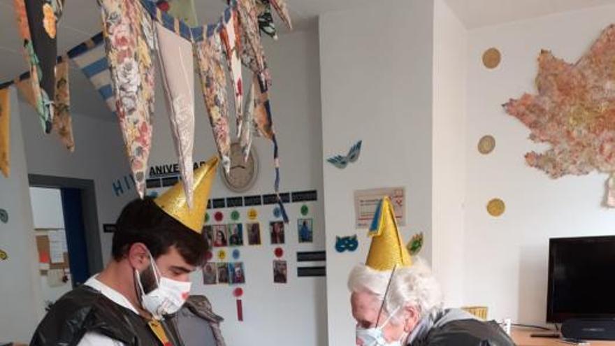 Els avis de Llançà gaudeixen de la festa del Carnaval