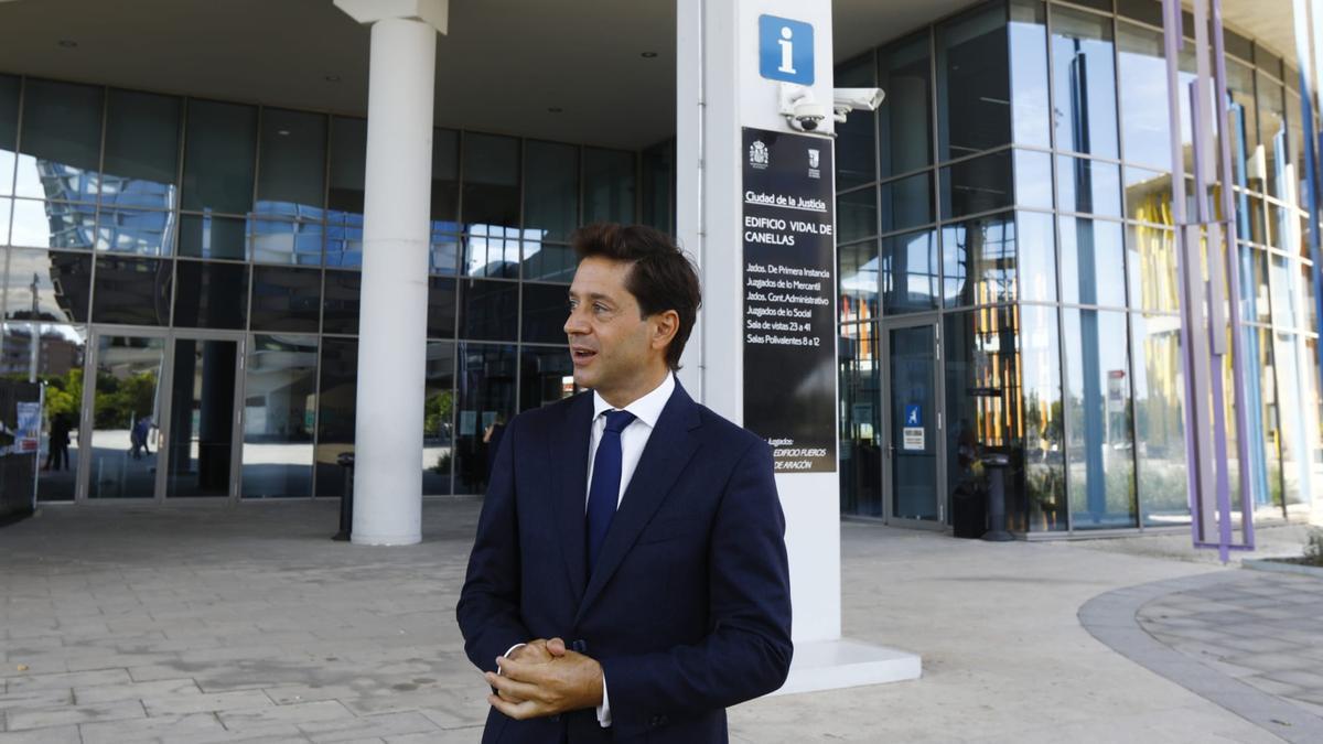 El exparlamentario del PP aragonés, Sebastián Contín, esta mañana en la Ciudad de la Justicia de Zaragoza, tras el acto de conciliación al que no ha acudido el diputado por Zaragoza en el congreso, Pedro Navarro.