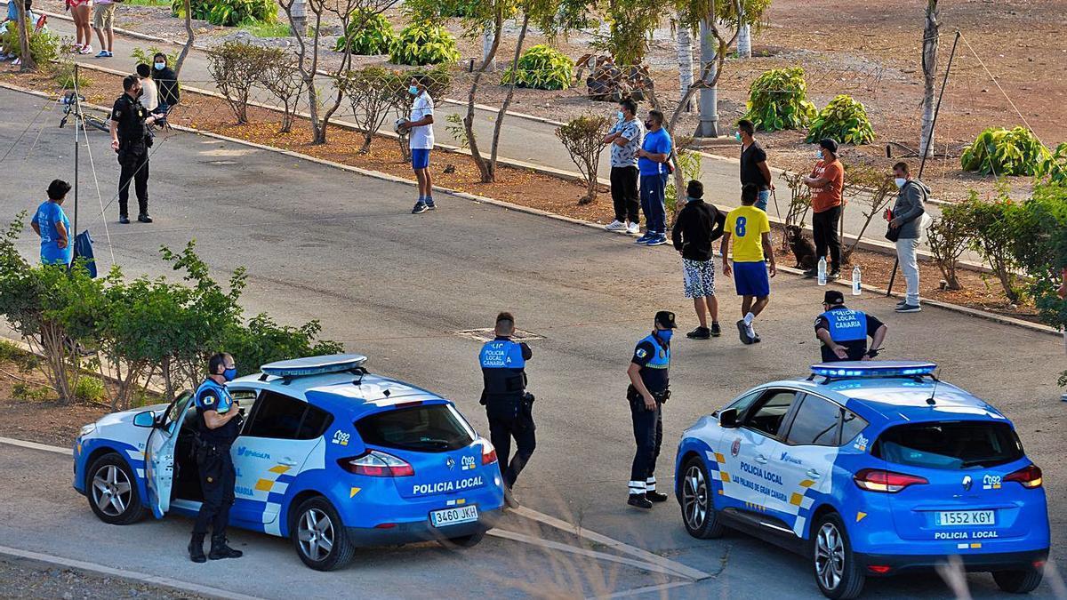 La Policía Local controla el seguimiento de las normas anti Covid-19 en la capital grancanaria.
