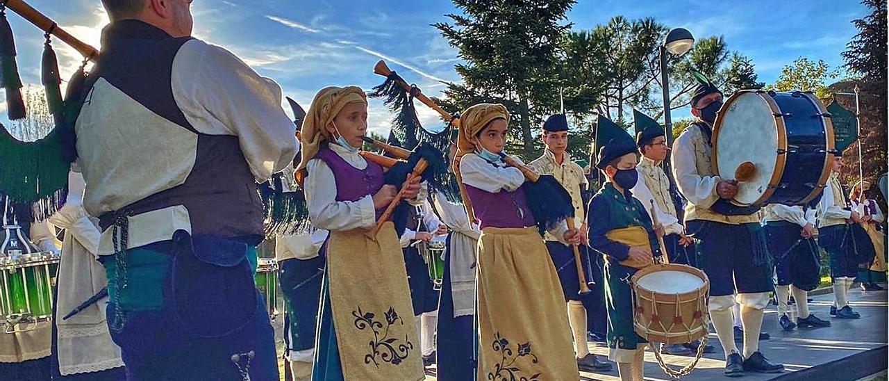 La banda de gaitas, en Azuqueca de Henares (Guadalajara), durante una actuación. | R. A. M. S.