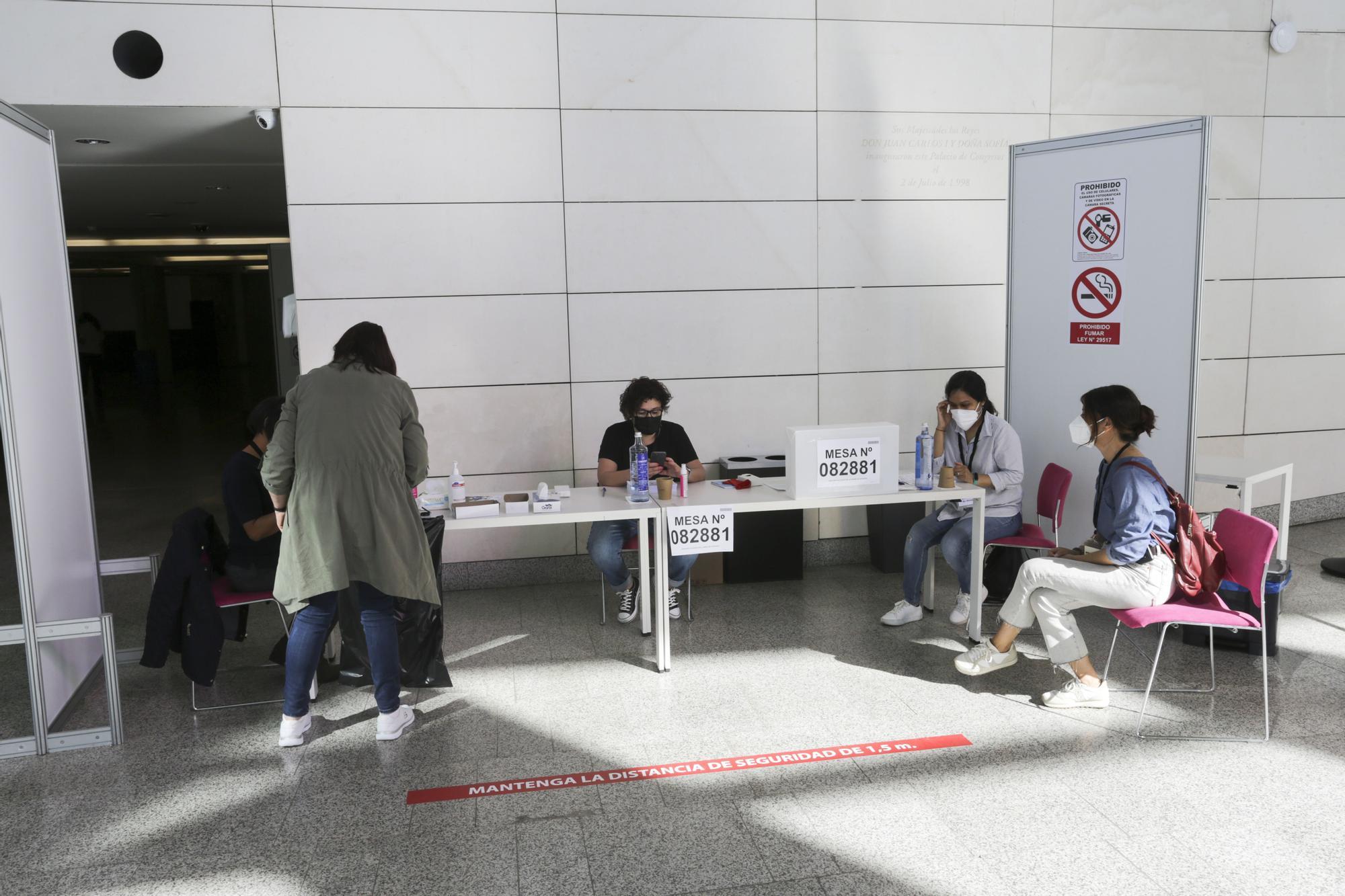 Los ciudadanos peruanos residentes en la Comunitat votan en la segunda vuelta de las Elecciones Generales 2021